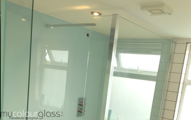 Green glass cladding for bathroom with shower screen