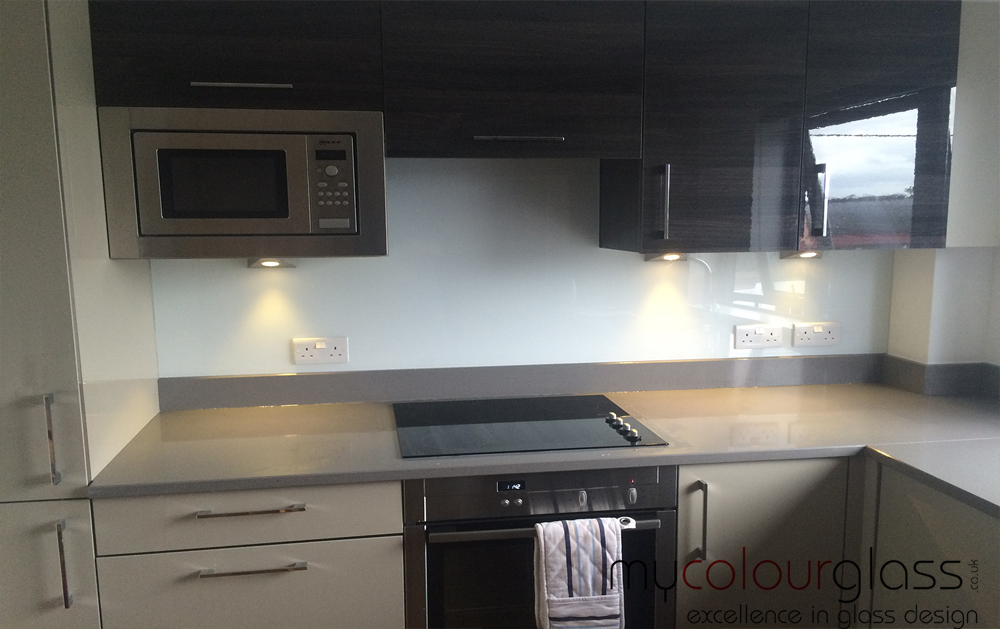 RAL 9003 glass splashback