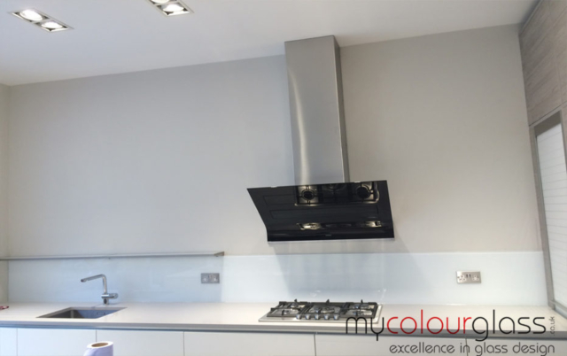 RAL 9016 glass splashback